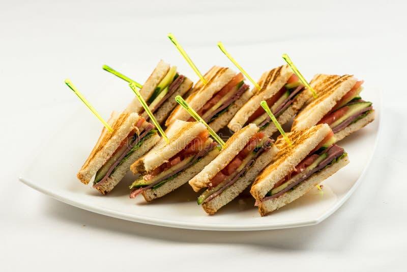 Ψημένα στη σχάρα σάντουιτς μπέϊκον, μαρουλιού και ντοματών BLT με το κοτόπουλο και το αβοκάντο στοκ εικόνα με δικαίωμα ελεύθερης χρήσης