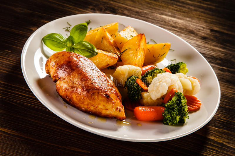 Ψημένα στη σχάρα στήθος και λαχανικά κοτόπουλου στοκ εικόνες