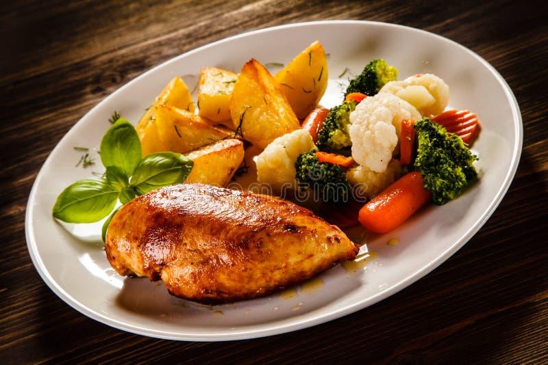 Ψημένα στη σχάρα στήθος και λαχανικά κοτόπουλου στοκ φωτογραφία με δικαίωμα ελεύθερης χρήσης
