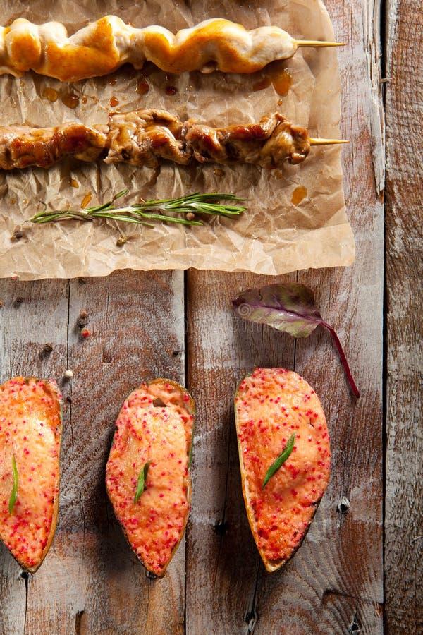 Ψημένα στη σχάρα τρόφιμα και ψημένα μύδια στοκ εικόνες