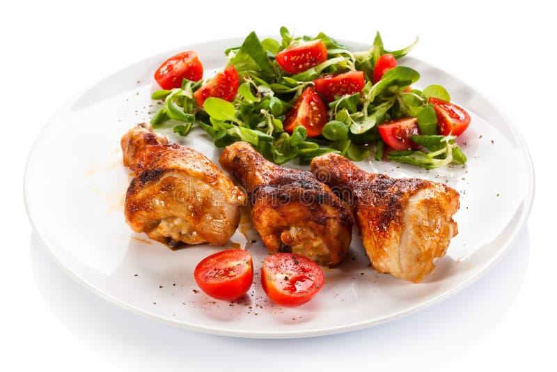 Ψημένα στη σχάρα τυμπανόξυλα και λαχανικά κοτόπουλου στοκ φωτογραφία