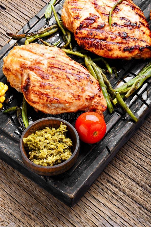 Ψημένα στη σχάρα υγιή στήθη κοτόπουλου στοκ εικόνα