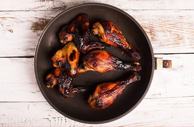 Ψημένα στη σχάρα φτερά και αντικνήμιο κοτόπουλου στοκ εικόνα