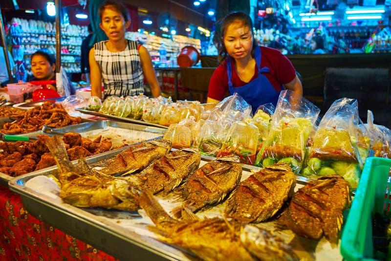 Ψημένα στη σχάρα ψάρια και τρόφιμα στις πλαστικές τσάντες στην αγορά νύχτας Warorot, Chiang Mai, Ταϊλάνδη στοκ εικόνες