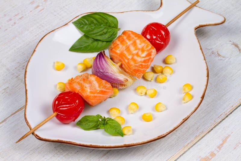 Ψημένα στη σχάρα ψάρια και φυτικό Kebabs με τα κολοκύθια στοκ φωτογραφία με δικαίωμα ελεύθερης χρήσης