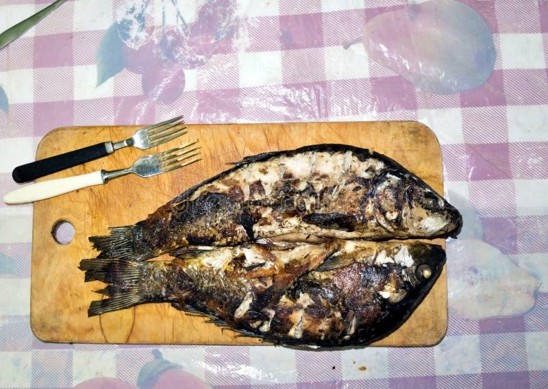Ψημένα στη σχάρα ψάρια με μια χρυσή κρούστα στοκ εικόνες