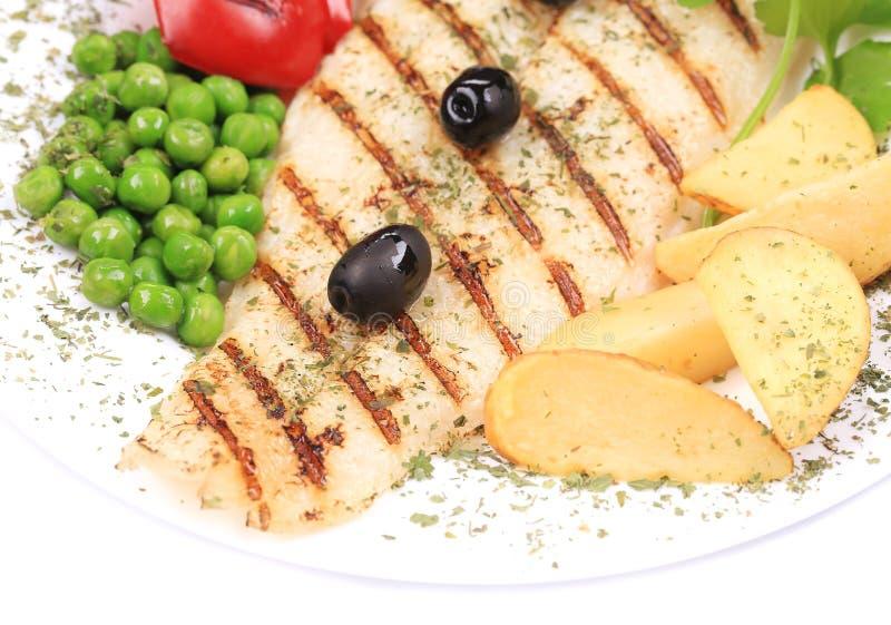 Ψημένα στη σχάρα ψάρια με τα popatoes. στοκ φωτογραφία με δικαίωμα ελεύθερης χρήσης