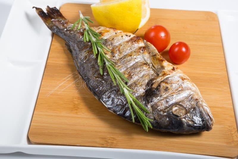 Ψημένα στη σχάρα ψάρια με το λεμόνι στοκ εικόνες με δικαίωμα ελεύθερης χρήσης