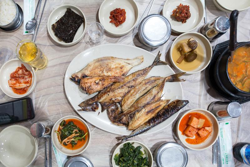 Ψημένα στη σχάρα ψάρια που εξυπηρετούνται στο άσπρο πιάτο κατά τη διάρκεια του χρόνου γευμάτων στοκ φωτογραφίες