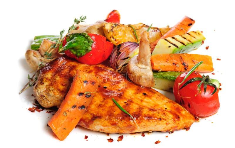 Ψημένα στη σχάρα λωρίδα και λαχανικά κοτόπουλου στοκ εικόνα με δικαίωμα ελεύθερης χρήσης