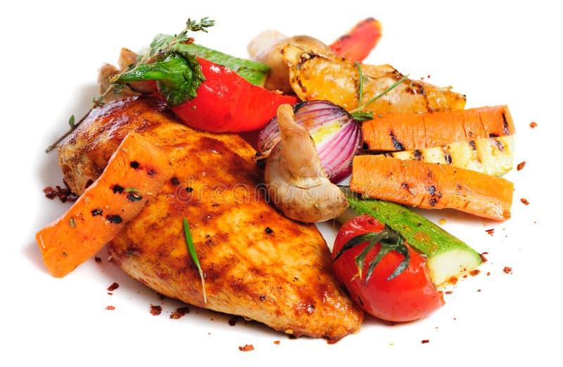Ψημένα στη σχάρα λωρίδα και λαχανικά κοτόπουλου στοκ εικόνες