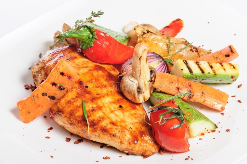 Ψημένα στη σχάρα λωρίδα και λαχανικά κοτόπουλου στοκ εικόνα
