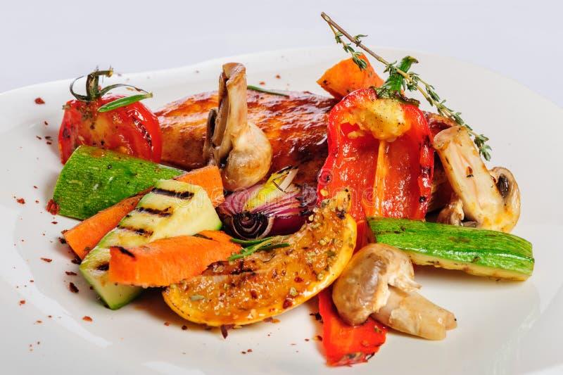 Ψημένα στη σχάρα λωρίδα και λαχανικά κοτόπουλου στοκ φωτογραφία