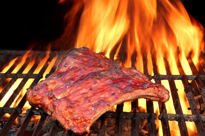 Ψημένα στη σχάρα BBQ νόστιμα καπνισμένα μαριναρισμένα πλευρά χοιρινού κρέατος στο θερινό κόμμα στοκ φωτογραφία