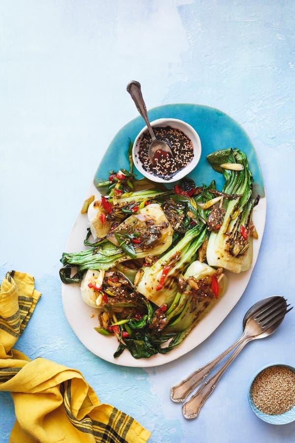 Ψημένα στη σχάρα choy λαχανικά μωρών bok με τη σάλτσα σουσαμιού πιπεροριζών στοκ φωτογραφία