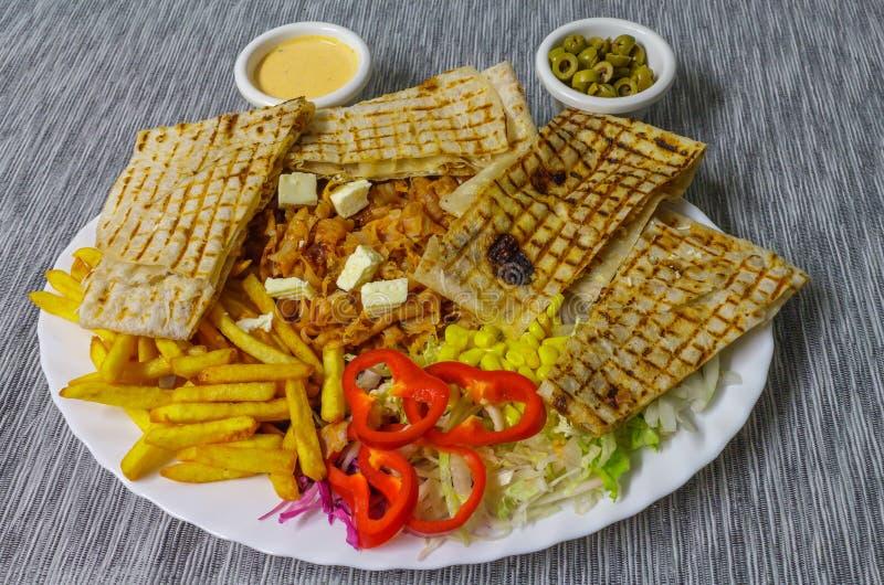Ψημένα τηγανιτές πατάτες tortilla και λαχανικά Kebab στοκ εικόνα