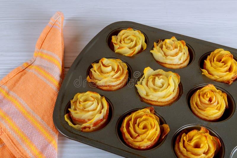 Ψημένα τριαντάφυλλα πατατών με ένα μπέϊκον στο τηγάνι φούρνων στοκ εικόνα με δικαίωμα ελεύθερης χρήσης