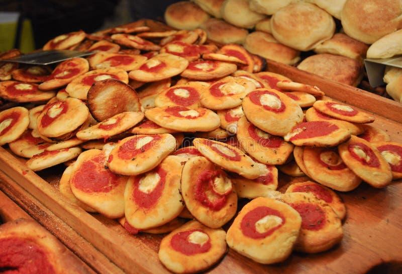 ψημένα τρόφιμα pizzette (μικρή πίτσα) στοκ εικόνες