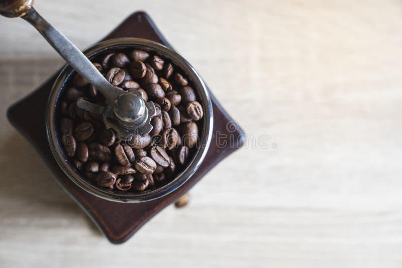 Ψημένα φασόλια καφέ στον ξύλινο μύλο καφέ Τοπ όψη Αντίγραφο SP στοκ εικόνες