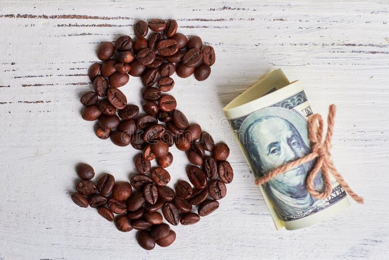 Ψημένα φασόλια καφέ και δολάρια στοκ φωτογραφία με δικαίωμα ελεύθερης χρήσης