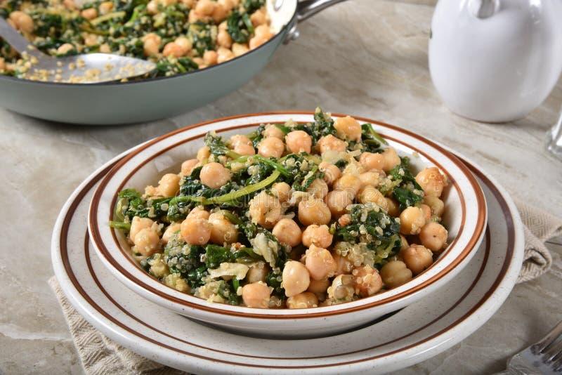 Ψημένα chickpeas με το κατσαρό λάχανο και quinoa στοκ εικόνες με δικαίωμα ελεύθερης χρήσης
