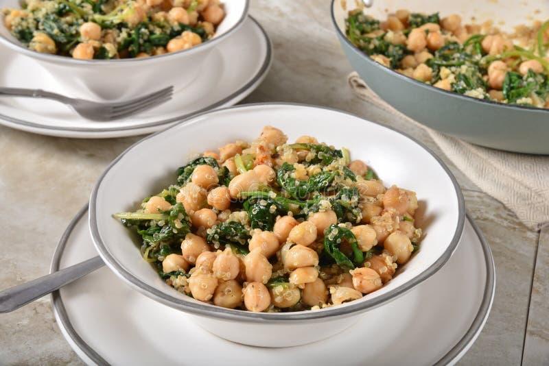 Ψημένα chickpeas με το σπανάκι και quinoa στοκ φωτογραφία