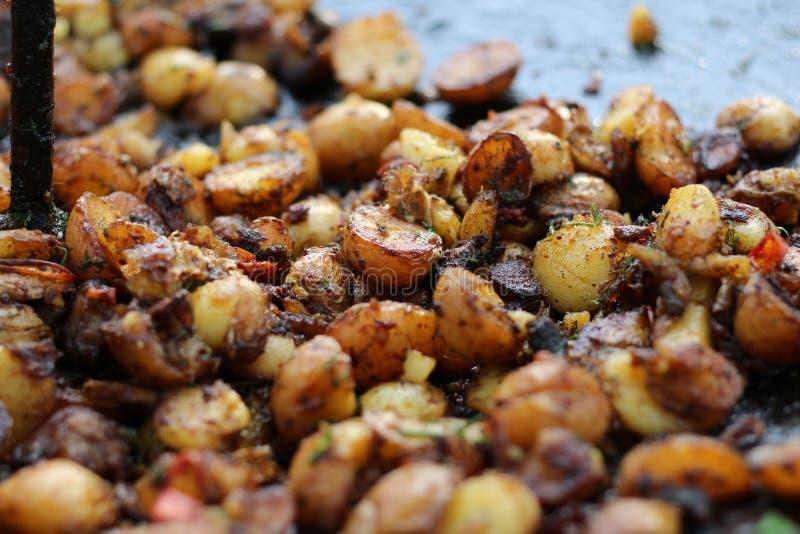 Ψημένες νέες πατάτες με τα χορτάρια στοκ φωτογραφία