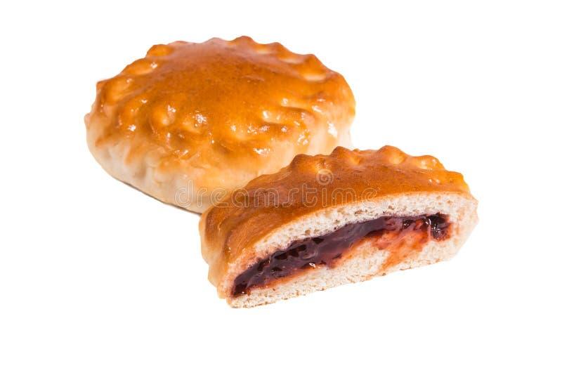 Ψημένες πίτες με τη γλυκιά πλήρωση, περικοπή, σκοτεινή μαρμελάδα μούρων, μαρμελάδα, στοκ φωτογραφία