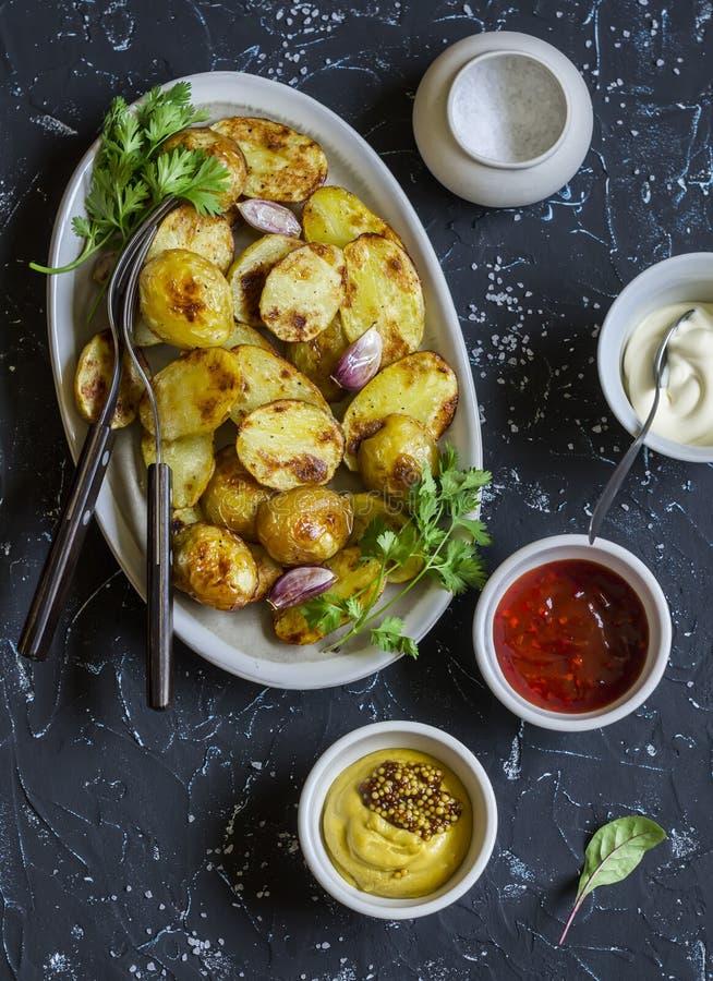 Ψημένες πατάτες και σάλτσα αυτός - σπιτικές μαγιονέζα, κέτσαπ και μουστάρδα Εύγευστο μεσημεριανό γεύμα ή πρόχειρο φαγητό στοκ φωτογραφίες