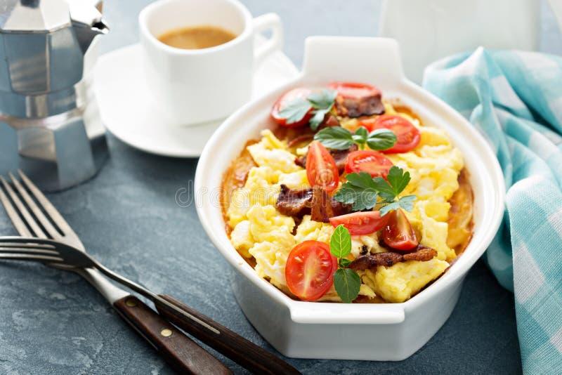 Ψημένες πατάτες με τη σάλτσα και τα αυγά τυριών στοκ εικόνες