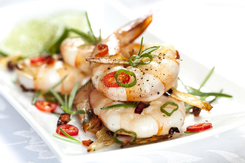 Ψημένες στη σχάρα γαρίδες με το σκόρδο και το τσίλι στοκ φωτογραφία