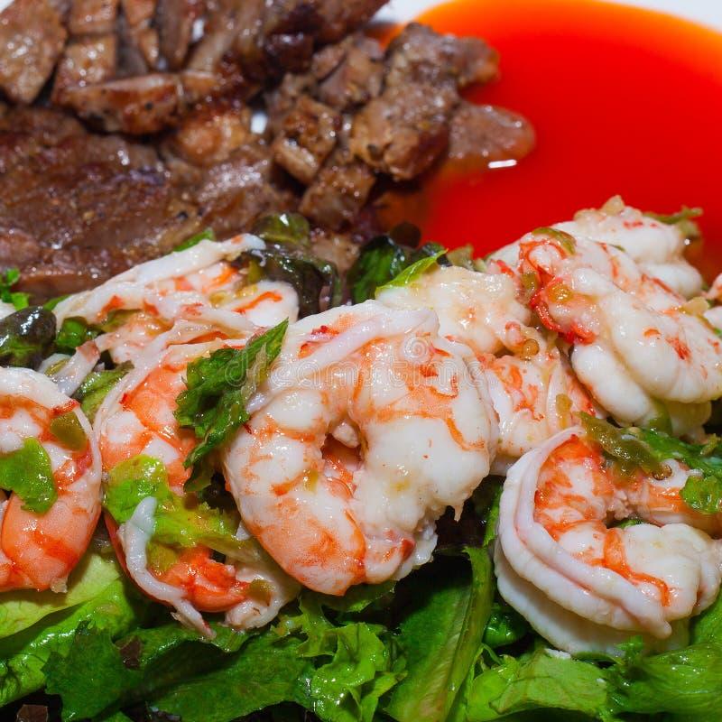 Ψημένες στη σχάρα κρέας και γαρίδες με τα λαχανικά στοκ φωτογραφίες με δικαίωμα ελεύθερης χρήσης