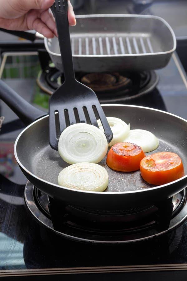 Ψημένες στη σχάρα κρεμμύδι και ντομάτα στοκ εικόνες με δικαίωμα ελεύθερης χρήσης