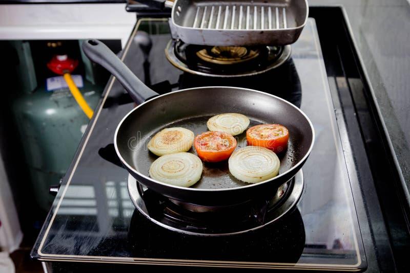 Ψημένες στη σχάρα κρεμμύδι και ντομάτα στοκ εικόνα με δικαίωμα ελεύθερης χρήσης