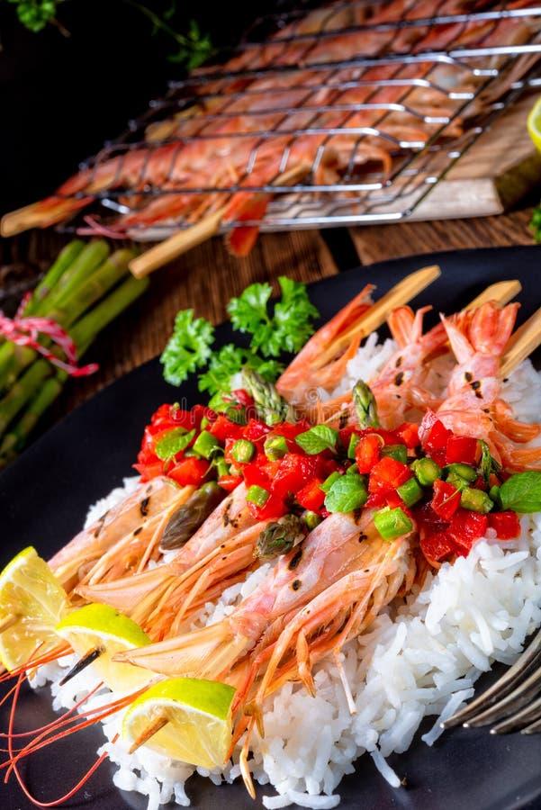 Ψημένες στη σχάρα κόκκινες αργεντινές γαρίδες με το κόκκινο salsa και το πράσινο σπαράγγι στοκ φωτογραφίες με δικαίωμα ελεύθερης χρήσης