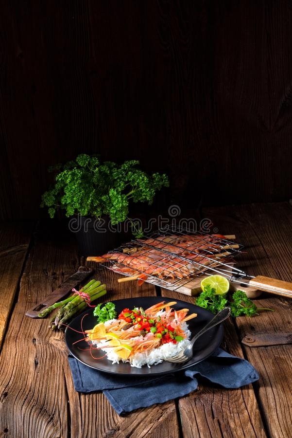 Ψημένες στη σχάρα κόκκινες αργεντινές γαρίδες με το κόκκινο salsa και το πράσινο σπαράγγι στοκ φωτογραφίες