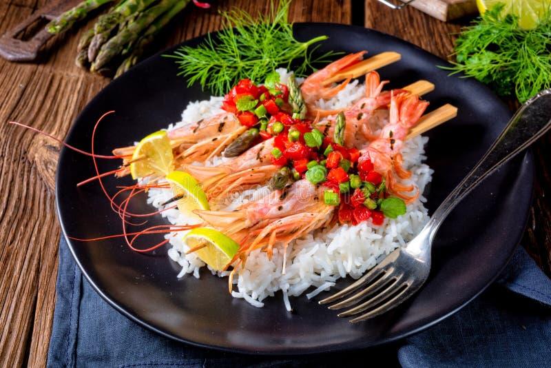 Ψημένες στη σχάρα κόκκινες αργεντινές γαρίδες με το κόκκινο salsa και το πράσινο σπαράγγι στοκ εικόνες με δικαίωμα ελεύθερης χρήσης
