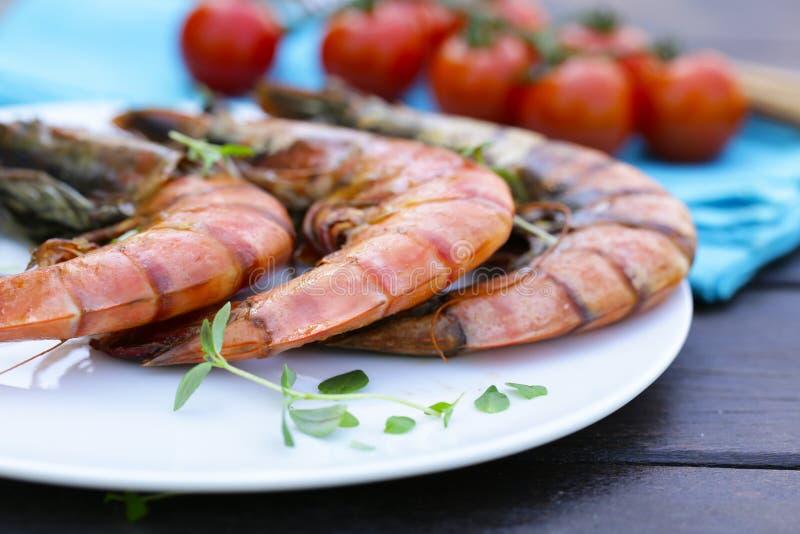 Ψημένες στη σχάρα μεγάλες γαρίδες σε ένα πιάτο στοκ φωτογραφία