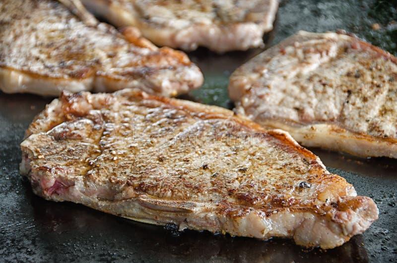 Ψημένες στη σχάρα μπριζόλες βόειου κρέατος στη σχάρα στοκ φωτογραφίες