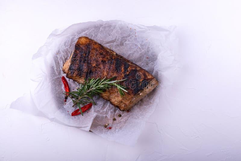 Ψημένες στη σχάρα μπριζόλες λωρίδων βόειου κρέατος με τα χορτάρια και καρυκεύματα στο άσπρο υπόβαθρο στοκ φωτογραφίες με δικαίωμα ελεύθερης χρήσης
