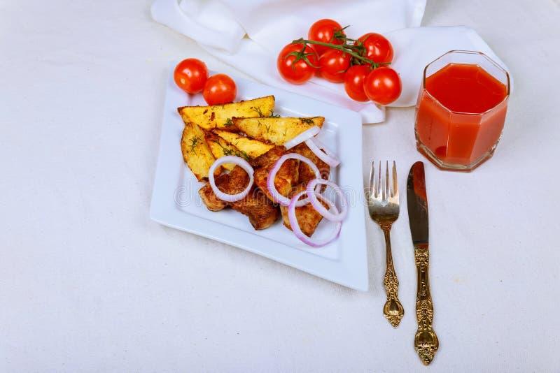 Ψημένες στη σχάρα μπριζόλες, ψημένες πατάτες και φυτική σαλάτα στοκ εικόνα με δικαίωμα ελεύθερης χρήσης