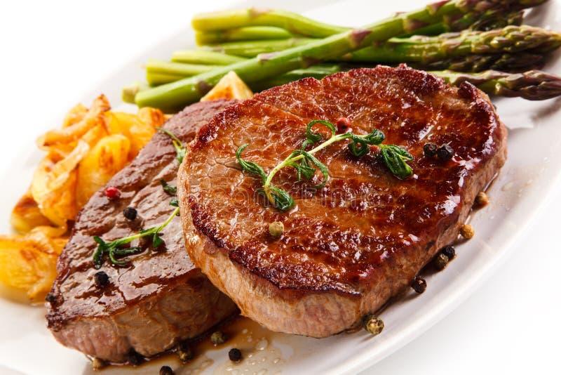 Ψημένες στη σχάρα μπριζόλες, τσιπ και σπαράγγι βόειου κρέατος στοκ φωτογραφία με δικαίωμα ελεύθερης χρήσης