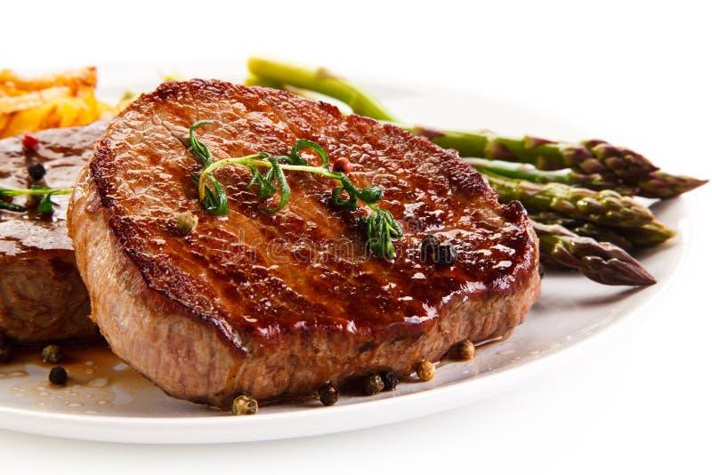 Ψημένες στη σχάρα μπριζόλες, τσιπ και σπαράγγι βόειου κρέατος στοκ φωτογραφίες