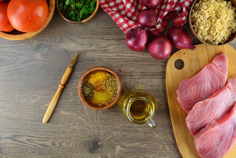Ψημένες στη σχάρα μπριζόλες τόνου με τα λαχανικά και το καφετί ρύζι - ολόκληρη προετοιμασία συνταγής στοκ εικόνες