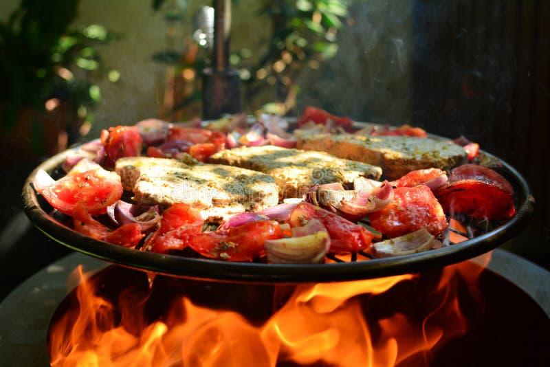 Ψημένες στη σχάρα μπριζόλες τόνου με τα λαχανικά και το καφετί ρύζι - ολόκληρη προετοιμασία συνταγής στοκ εικόνα με δικαίωμα ελεύθερης χρήσης