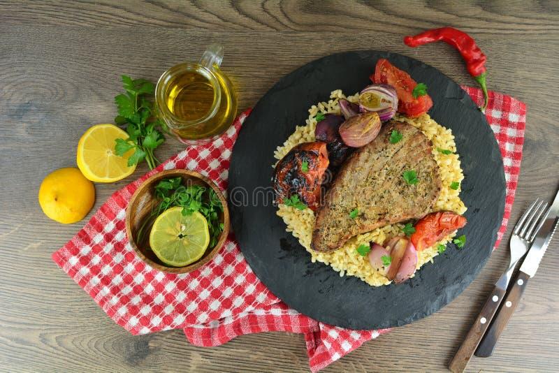 Ψημένες στη σχάρα μπριζόλες τόνου με τα λαχανικά και το καφετί ρύζι - ολόκληρη προετοιμασία συνταγής στοκ φωτογραφία με δικαίωμα ελεύθερης χρήσης
