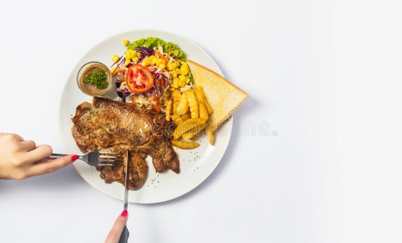 Ψημένες στη σχάρα μπριζόλες βόειου κρέατος με τα καρυκεύματα σε ένα πιάτο Τοπ όψη στοκ εικόνες