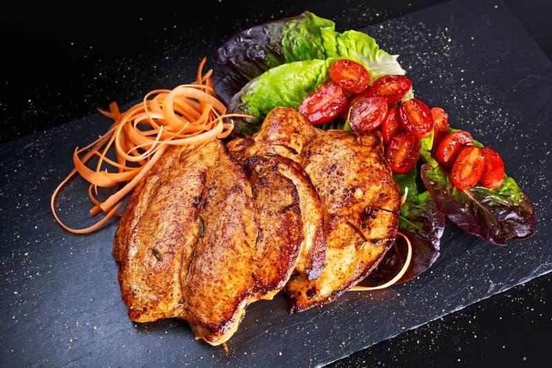 Ψημένες στη σχάρα μπριζόλες στηθών κοτόπουλου με τις ντομάτες κερασιών, καρότα, φύλλα σαλάτας στοκ φωτογραφίες με δικαίωμα ελεύθερης χρήσης
