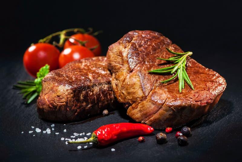 Ψημένες στη σχάρα μπριζόλες λωρίδων βόειου κρέατος με τα καρυκεύματα στοκ εικόνες