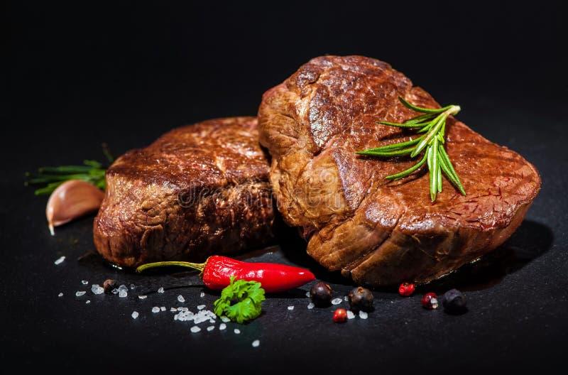 Ψημένες στη σχάρα μπριζόλες λωρίδων βόειου κρέατος με τα καρυκεύματα στοκ εικόνα